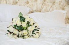 手工制造的玫瑰新娘花束  免版税库存照片