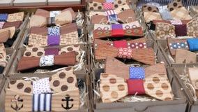 手工制造的辅助部件,在礼物盒的木弓领带男性的,行家的,人的木蝶形领结衣裳手工制造在机架 股票视频