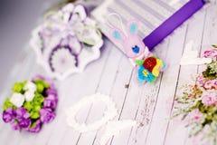 手工制造礼物盒、兔子和装饰在木桌背景 库存照片