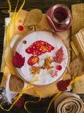 手工制造秋天刺绣,红色蜡烛 库存图片