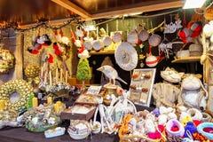 手工制造纪念品和物品在里加圣诞节市场上 免版税库存照片