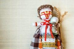 手工制造纺织品玩偶,布洋娃娃'Motanka'在种族样式,古老文化伙计制作乌克兰的传统 图库摄影