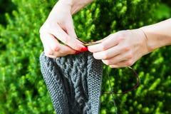 手工制造羊毛围巾和女性手 图库摄影