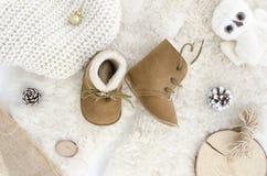手工制造羊皮婴孩起动,拖鞋,鞋子,鹿皮鞋 布朗真皮软自然 冬天概念舱内甲板位置 库存图片