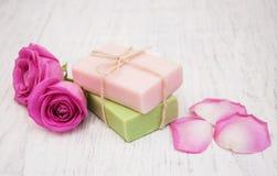 手工制造肥皂和桃红色玫瑰 免版税图库摄影