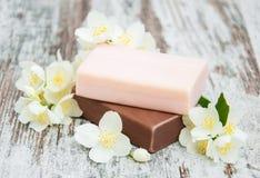 手工制造肥皂和茉莉花花 免版税库存照片