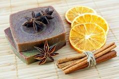 手工制造肥皂用桔子和肉桂条 库存图片