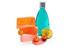 手工制造肥皂,蓝色上色了阵雨胶凝体瓶 库存图片