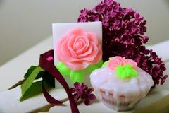 手工制造肥皂 形状的蛋糕和玫瑰 丁香分支  库存照片