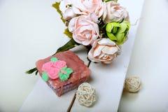手工制造肥皂 形状的蛋糕 桃红色花 免版税库存照片
