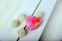手工制造肥皂 心形的桃红色花 库存照片
