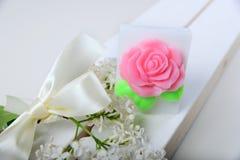 手工制造肥皂 以花和玫瑰的形式蛋糕 免版税库存照片