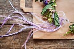 手工制造花卉冠状头饰在木背景做了花说谎 头状花序穿戴时兴的手工制造花圈  手制作了fa 库存图片