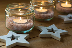手工制造茶在有喜马拉雅山盐的瓶子,木装饰星,圣诞节,新年,出现点燃 免版税图库摄影