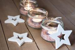 手工制造茶在有盐的瓶子,木装饰星,圣诞节,新年,出现点燃 库存图片
