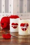 手工制造蜡烛的钩针编织红色心脏与圣徒的Valen丝球 库存图片