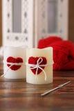 手工制造蜡烛的钩针编织红色心脏为圣徒情人节 库存图片