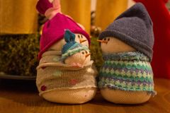 手工制造袜子雪人家庭-圣诞节装饰 免版税库存照片
