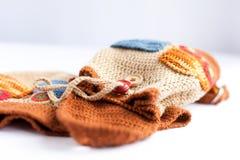 手工制造被编织的背包和毛线五颜六色的缠结  免版税库存照片