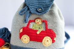 手工制造被编织的背包和毛线五颜六色的缠结  图库摄影