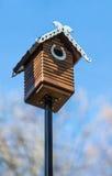 手工制造被雕刻的木的巢箱 免版税库存照片