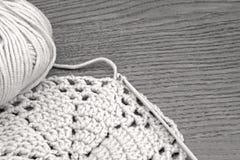 手工制造钩针编织小垫布样式,编织,缝合 编织和勾子的棉纱品 钩针编织小垫布,沿海航船 免版税图库摄影