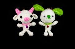 手工制造钩针编织白色猪用桃红色鼻子和白色兔子与 图库摄影