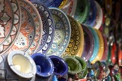 手工制造陶器的美妙地充满活力的颜色在东部市场上 图库摄影