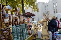手工制造陶瓷工艺木制品在市场上 图库摄影