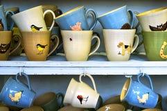 手工制造陶瓷杯子待售在克拉科夫市场上 波兰 库存图片