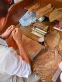手工制造雪茄的生产 库存图片