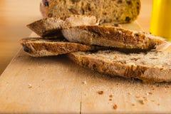 手工制造面包幻灯片在木表上的 库存照片