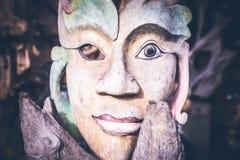 手工制造面孔的木头 在热带巴厘岛,印度尼西亚的雕塑 木雕刻,艺术村庄 库存图片
