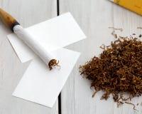 手工制造香烟、卷烟纸和烟草 库存图片