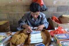 手工制造香烟在厦门,中国村庄  免版税库存图片