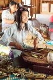 手工制造香烟在Inle湖,缅甸 库存图片