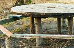 手工制造,桌在森林,在街道上的圆桌 库存图片