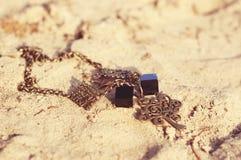 手工制造 在沙子的项链在unny天 免版税库存图片