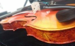 手工制造4/4手工制造坚硬木小提琴 图库摄影