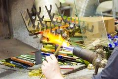 手工制造玻璃创造性的手工玻璃小雕象在工厂运转 免版税库存照片