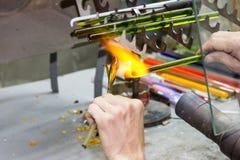 手工制造玻璃创造性的手工玻璃小雕象工厂 免版税库存照片
