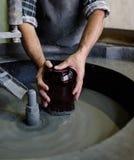 手工制造玻璃擦亮在传统玻璃工厂 免版税库存图片