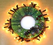 手工制造从螺纹的儿童工艺传统圣诞节门花圈 图库摄影