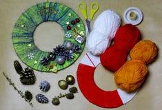 手工制造从螺纹的儿童工艺传统新年` s门花圈 库存图片
