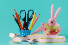 手工制造diy兔宝宝和丝带 五颜六色的装饰节假日 免版税图库摄影