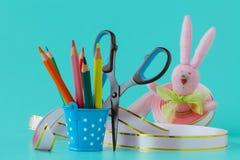手工制造diy兔宝宝和丝带 五颜六色的装饰节假日 库存照片