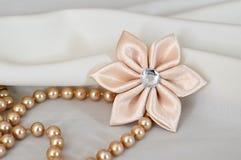 手工制造kanzashi花和珍珠 库存图片