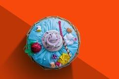 手工制造Pilow蛋糕顶视图,红色橙色背景 免版税库存照片
