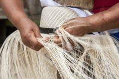 手工帽子编织的过程 图库摄影