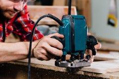 手工手铣床木匠工作在木匠业车间 木匠 库存图片